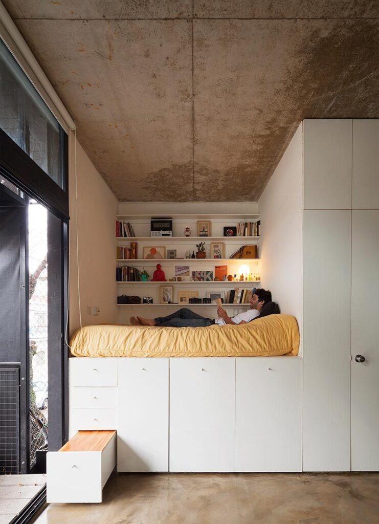 Εξοικονόμηση χώρου με ντουλάπια και κρεβάτι