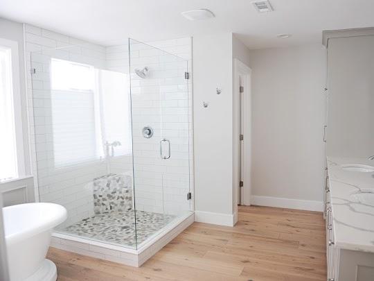 Εντυπωσιακή ανακατασκευή δωματίου και μετατροπή του σε χώρο μπάνιου με ριζικές υδραυλικές εργασίες