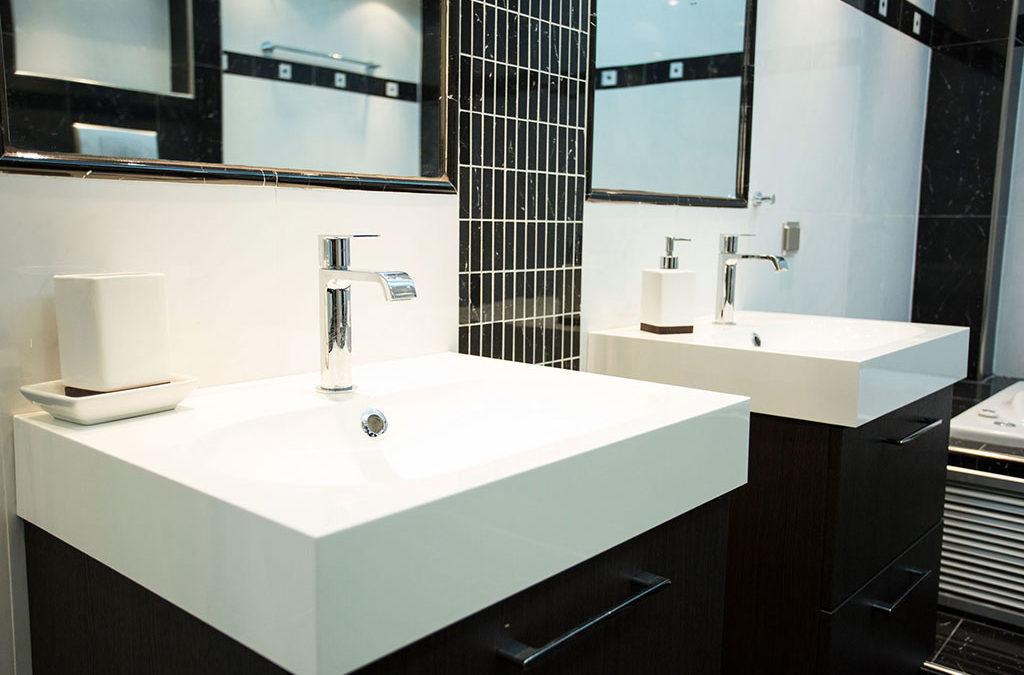 Ανακαίνιση μπάνιου Θεσσαλονίκη με λευκό νιπτήρα σε κρεμαστό έπιπλο