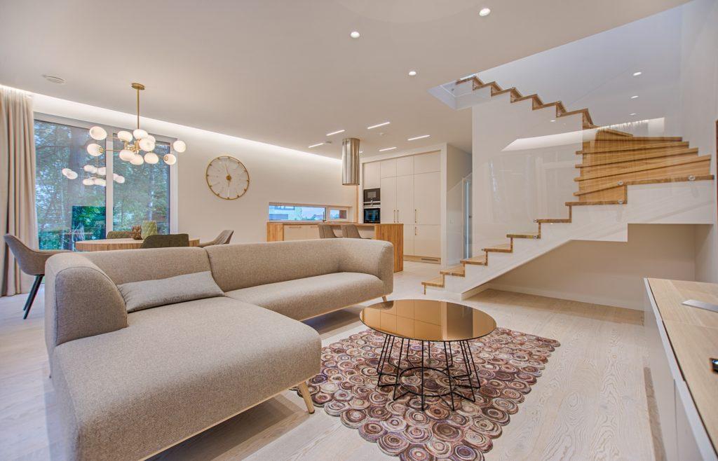 ανακαίνιση σπιτιού. Σαλόνι με εσωτερικές σκάλες και κουζίνα